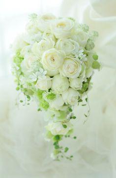 山手ロイストン教会 6月27日 Bride Flowers, Wedding Flowers, Wedding Flower Arrangements, Floral Arrangements, Red Wedding, Floral Wedding, Spring Wedding Bouquets, Wedding To Do List, Cascade Bouquet