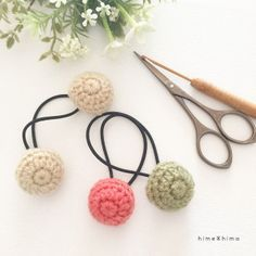 キャンドゥーの材料で作るくるみボタン風ヘアゴム Crochet Ball, Crochet Doilies, Crochet Flowers, Crochet Hair Accessories, Crochet Hair Styles, Crochet Gloves Pattern, Wrist Warmers, Crochet Designs, Crochet Stitches