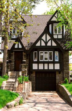 What is a Tudor house? I'm all about Tudor Style Houses. Tudor Cottage, Cottage Homes, Cottage Style, Style At Home, Casas Tudor, Maison Tudor, Casa Estilo Tudor, Tudor House Exterior, English Tudor Homes