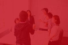 """東京大学×博報堂 ブランドデザインスタジオブランドデザインスタジオとは  作業風景 正解のない問いに、共に挑む  ブランドデザインスタジオ""""は、「21 KOMCEE (理想の教育棟)」を舞台に、「共創」の手法により商品やブランドなどの新しい価値を発想・構想する特別プログラムです。参加者の皆さんが今後、広く社会一般で活用し得る「共創」の手法を、東京大学×博報堂ブランドデザインのコラボレーションにより学んでもらいます。全回、ワークショップ形式で行われ、現役の広告会社社員、ブランド・コンサルタントがプログラム・デザインおよびファシリテーションを担当します。 本プログラムでは参加者の多様性を重視する目的により、参加学生と一定数の社会人参加者が一緒になってプロジェクトチームを結成し、チームでのアイデア創出を行ってもらうことを予定しています。"""