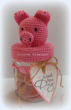 Amigurumi-Schweinchen auf Deckel, gehäkelt - link to pattern - Jolanda's Crea-Blogg: Varkentje