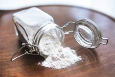 Out of baking powder or baking soda? Here are instructions for substituting baking powder and baking soda and tips for best flavor. Cup In Gramm, 27 Life Hacks, Dark Knuckles, Carbonate De Calcium, Baking Soda Benefits, Baking Soda For Hair, Low Stomach Acid, Body Powder, Bread Machine Recipes