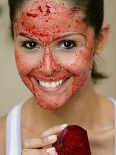 Indicada para manter a pele livre dos vincos, máscara caseira de beterraba combate o envelhecimento precoce http://beleza.terra.com.br/sua-pele/certo-e-errado/rica-em-vitamina-c-mascara-de-beterraba-combate-rugas,96033482dde5c310VgnVCM5000009ccceb0aRCRD.html