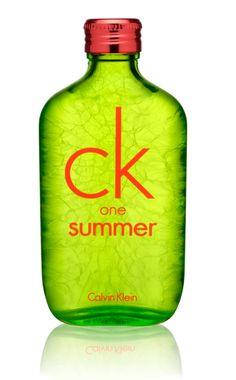 Le laquage du flacon en vert est partiellement craquelé au dos pour évoquer la glace pilée des cocktails estivaux