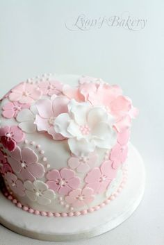 torta nuziale rosa e bianca floreale