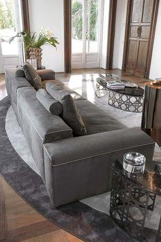 Glamour grazie ai ricami o nella versione in pelle intrecciata con profili a contrasto, un divano che non passa certo inosservato ...