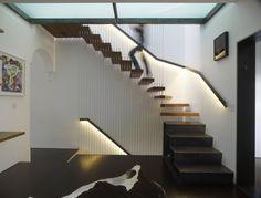 un escalier moderne avec une rampe métallique