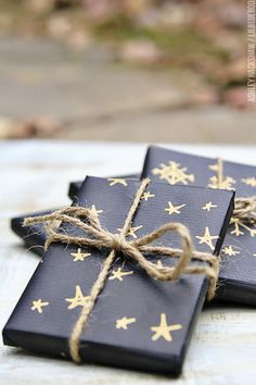 50 Unique Christmas Gift Wrapping: DIY Ideas - Karluci Get in the holiday spirit! As you're buying gifts, add a personal touch with Unique 50 Christmas gift wrapping ideas! Upcycled Kraft Paper Gift Wrapping Id Creative Christmas Gifts, Christmas Gift Wrapping, Perfect Christmas Gifts, Holiday Gifts, Kids Christmas, Beautiful Christmas, Birthday Gift Wrapping, Elegant Christmas, Rustic Christmas