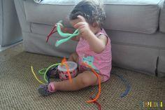 Como estimular a coordenação motora fina com um brinquedo feito em casa - lata e limpador de cachimbo