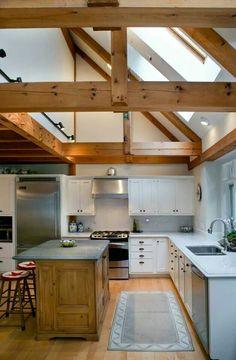 Wooden beams in the kitchen: an authentic and warm decor Vaulted Ceiling Lighting, Vaulted Ceiling Kitchen, Vaulted Ceilings, Wooden Beams Ceiling, Wood Beams, Wood Planks, Küchen Design, House Design, Post And Beam