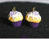 Boucle d'oreille pendantes cupcake violet fleur en pâte polymère fimo : Boucles d'oreille par lilycherry