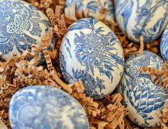 Beautiful Chinoiserie Easter Eggs are easy to make. A diy you don't have to be crafty to make. Classic blue and white colors we all love! Easter Party, Easter Table, Easter Eggs, Easter Crafts For Kids, Easter Ideas, Easter Projects, Egg Decorating, Decorating Bottles, Vintage Greeting Cards