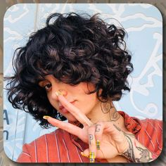 Finding a great haircut for curly hair might be more difficult than it initially seems at first. There is a wide spectrum of curly hair types that all require different considerations. Check out the best design ideas and art styles for 2020 here. Curled Bob Hairstyle, Pretty Hairstyles, Bob Hairstyles, Ladies Hairstyles, Short Natural Curls, Natural Hair Styles, Short Hair Styles, Curls For Short Hair, Curly Hair Types