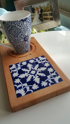 Tile Projects, Wooden Projects, Wooden Crafts, Wooden Diy, Tile Crafts, Diy Home Crafts, Blue Pottery, Ceramic Pottery, Coffee Shop Bar