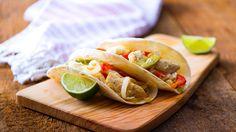 Tacos de fajitas de pollo, verduras salteadas y queso derretido. Una rica combinación de ingredientes que a la familia le encantará!