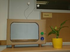 De kartonnen tv voor actua. Pootjes gemaakt van cavastopsels en de tv-knoppen…