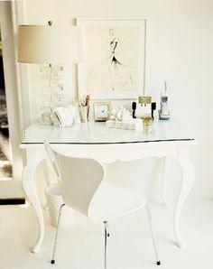 Une jolie table laquée et une chaise.