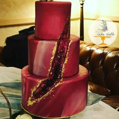 Stunning crimson red geode cake. Marbles fondant, 24k gold leaf wedding cake. Love this!!! Wedding Cake Red, Fondant Wedding Cakes, Unique Wedding Cakes, Fondant Cakes, Wedding Cake Toppers, Cupcake Cakes, Cupcakes, Pretty Cakes, Beautiful Cakes