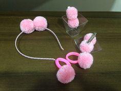 Os pompons são confeccionados a mão e modelados artesanalmente.    Este kit contem:    01 TIARA com dois pompons tamanho M.    01 par bico de pato 07 cm com dois pompons tamanho P    02 xuxinha com elástico e pompons tamanho P    Vendas em atacado com preços diferenciados (ÓTIMOS DESCONTOS).    T... Flower Band, Flower Hair Clips, Baby Girl Accessories, Hair Accessories For Women, Bazaar Ideas, Pom Pom Crafts, Easy Diy Gifts, Ribbon Hair Bows, Minnie Mouse Party