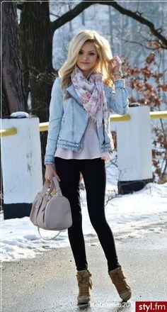 Calças pretas + camisola branca + casaco de ganga + lenço rosa e azul + botins cremes ou sapatos camel