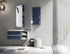 La palette automnale selon Arcom Arredobagno : bleu Orion et gris chaud avec quelques touches blanches. Composition de meubles pour la salle de bain Pollock 52. #amsld #arcom #bathroom #interieurs #architectedinterieur