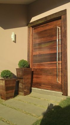 Porta pivotante modelo exclusivo com estrutura de ferro no interior, pintura de laca P.U branco acetinado (Sayerlack) - Ecoville Portas Especiais Modern Wood Doors, Modern Exterior Doors, Best Exterior Paint, Design Exterior, Modern Front Door, Door Design, House Design, Front Entry, Exterior Wall Panels