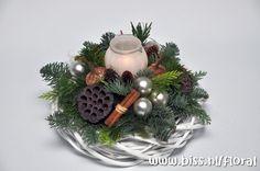 Silver Christmas Decorations, Christmas Tablescapes, Christmas Candles, Christmas Centerpieces, Holiday Decor, Mary Christmas, Diy Christmas Gifts, Christmas Holidays, Christmas Wreaths
