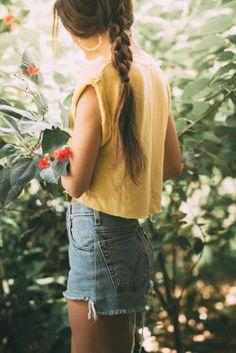 yellow crop top, levi's denim shorts