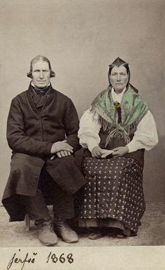 "Ett par poserar i sockendräkter. Texten på bilden lyder"" Jerfsö 1868"" Sweden Origin Of Species, House Of Worth, Charles Darwin, Something Else, American Civil War, Queen Victoria, Folklore, Vintage Photos, Sweden"