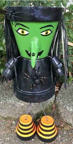 Witch Pot Person with Spiders Clay Pot Projects, Clay Pot Crafts, Diy Home Crafts, Fall Crafts, Diy Projects, Flower Pot People, Clay Pot People, Flower Pot Art, Flower Pot Crafts