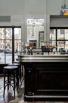 """Ristorante dal sapore vintage anni 70 """"La Zanzara"""" è caratterizzato da ampi spazi aperti in stile """"bistrot"""", stile che risulta essere più newyorkese che parigino. Sono presenti infatti piastrelle bianche dal taglio dritto tipico di quelle della..."""