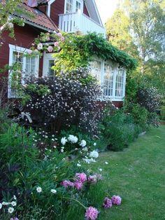 Swedish house with veranda. Red Cottage, Garden Cottage, Cottage Style, Home And Garden, Garden Art, Amazing Gardens, Beautiful Gardens, Beautiful Homes, Scandinavian Garden