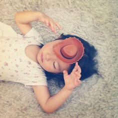 *  ウッディの帽子と一緒に、トイストーリー鑑賞(๑′ᴗ‵๑)  *  毎日何回も観てるけど、どの位分かってるのかなぁー(๑′ᴗ‵๑)  *  #親バカ部 #children #kids #ぱっつん - @kinax | Webstagram