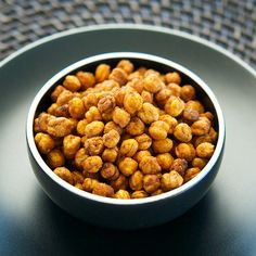 Roasted Spicy Chickpeas, your new snack addiction. Appetizer Dips, Appetizer Recipes, Dog Food Recipes, Vegetarian Recipes, Healthy Recipes, Healthy Snacks, Spicy, Roast, Good Food