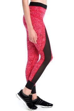 These stylish and functional Lolë leggings have an adjustable, mid-rise waist, as well pockets that prove very practical when you're out for a walk. Made of UV-ray resistant fabric, they have flat seams and a lined gusset at the crotch. In