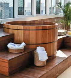 Mesmo protegida por uma cobertura retrátil, a piscina na varanda deste apart...