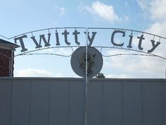 Twitty City / HERE TODAY GONE TOMMORROW IT WAS A BEAUTIFUL PLACE TO VISIT < Country Music Artists, Country Music Stars, Conway Twitty, Country Hits, Grand Ole Opry, George Strait, Travel Memories, Beautiful Places To Visit, Nashville