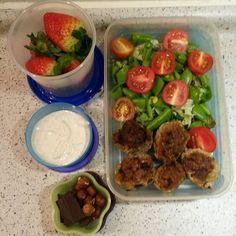 2 blandet salat, slikærter og cherrytomater, frikadeller, jordbær, chokolade og nødder  Dressing