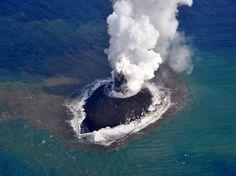 PHOTOS. Japon : l'île qui n'en finit pas de grossir La petite île dans sa forme originelle sur une photo prise par les garde-côtes japonais le 21 novembre 2013. Elle mesurait alors 400 mètres de long sur 200 de large. (AFP PHOTO / JAPAN COAST GUARD)