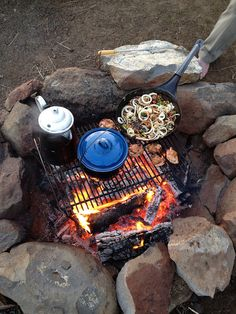 Camping Menu, Camping And Hiking, Camping Life, Camping Hacks, Camping Cooking, Bushcraft Camping, Camping Survival, Fire Cooking, Outdoor Cooking