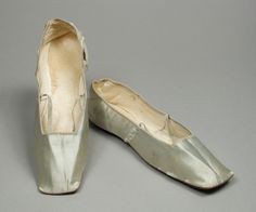 1840, probably America - Pair of Woman's Slippers - Silk satin, sueded leather, linen, kid leather