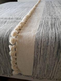 store marokkanske uld tæpper vævet i hånden med pom poms