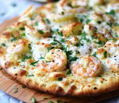 Легкая пицца c креветками и лимонно-чесночным соусом – идеальное блюдо средиземноморской диеты – готовится всего за 20 минут, если у вас есть готовое тесто для пиццы