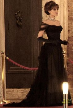 Angelina Jolie Black Off-the-shoulder Ball Gown Pageant Dress for The Tourist Colleen Atwood, Ball Gowns Prom, Ball Dresses, Beautiful Gowns, Beautiful Outfits, Gorgeous Dress, Angelina Jolie Dress, The Tourist Angelina Jolie, Glamour