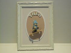 Quadro ursinho skatista maternidade. Moldura trabalhada em laca branca. Material; tecido, papel e madeira.  Pode ser feito sob encomenda em outras cores e outros motivos, a combinar.