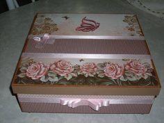 caixa em mdf revestida com papel de scrap e parte interna com divisão ideal para ser utilizada como porta joias R$ 70,00