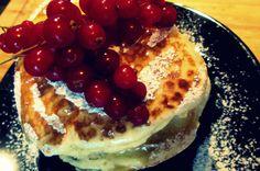 PANCAKES SAN VALENTINO Poteva mancare, anche sul mio blog, una ricetta dedicata a San Valentino?! Ovvio che no… Era de tempo che desideravo preparare i pancakes e quale occasione migliore se non una colazione romantica per il mio compagno?! E così mi sono armata di voglia (tirarmi giù dal letto non è stato facile :D) e ho preparato i miei pancakes San Valentino! Libidinosi!!!! http://blog.giallozafferano.it/cookingtime/pancakes-san-valentino/#