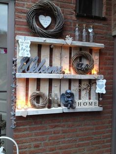 Nice decoration idea for the garden with old pallets – Garten: Ideen, DIY, Must Haves und Inspirationen Pallet Wall Decor, Pallet Shelves, Pallet Art, Outdoor Shelves, Small Pallet, Pallet Benches, Pallet Cabinet, Old Pallets, Pallets Garden