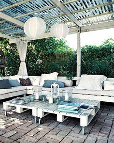 Terrasse In Schwarz-weiß Gestalten Und Mit Diy Terrassenmöbel ... Terrasse Lounge Mobeln Einrichten
