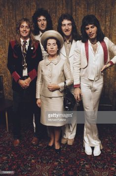British rock band Queen posing with actress and Queen Elizabeth II look-alike, Jeannette Charles, September The group are (left to right) drummer Roger Taylor, guitarist Brian May, bassist John Deacon and singer Freddie Mercury - Queen Freddie Mercury, John Deacon, Queen Photos, Queen Pictures, Brian May, I Am A Queen, Save The Queen, Queen Queen, Queen Banda